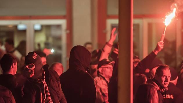 Příznivci brněnské Komety si v Pardubicích asi spletli datum a zahájili silvestrovské oslavy předčasně. Krotit je musela policie.