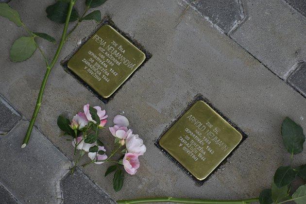 Jako jediná zrodiny přežila koncentrační tábor. Sbolavou vzpomínkou nyní Hana Sternlicht vHolicích vložila do dlažby kameny zmizelých za své rodiče.