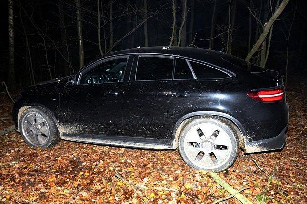 Ukradeným mercedesem řidič před policisty ujížděl až do lesa. Když už nemohl dál, zkusil útěk do tmy a schovávačku na stromě. Nevyšlo to.