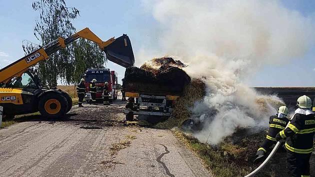 Osm jednotek hasičů likvidovalo ve čtvrtek v poledne požár traktoru s návěsem v Libecině.