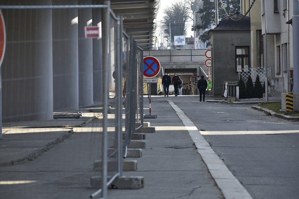 Podchod pro pěší je i při rekonstrukci otevřen.