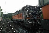 K hořící lokomotivě se hasiči nemohli dostat.
