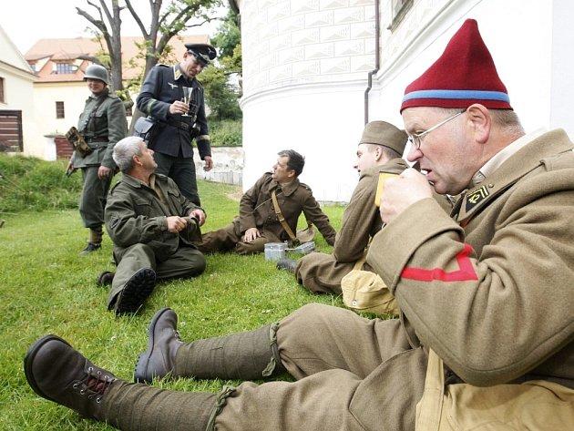 Do zajateckého tábora pro spojenecké letce a vojáky se přenesli návštěvníci pardubického zámku.