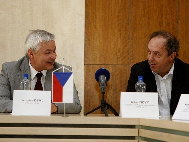 Na tiskové konferenci si Milan Nový (vpravo) povídal i s pardubickým primátorem.