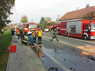 Při nehodě v Ostřetíně museli hasiči likvidovat na 700 litrů nafty, která přes kanalizaci unikala do potoka.