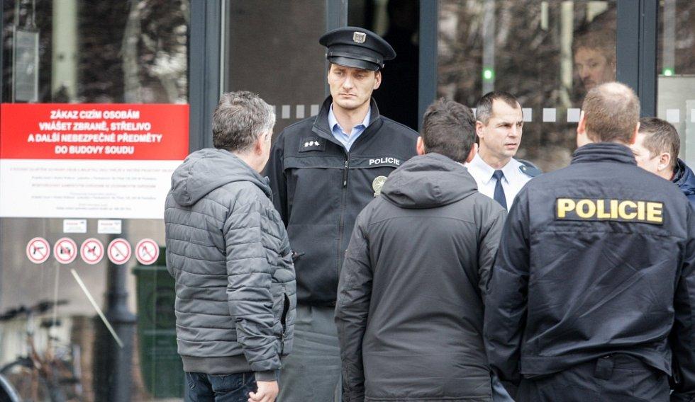 Budovy soudů v Pardubicích kvůli nahlášené bombě evakuovala v úterý dopoledne policie.