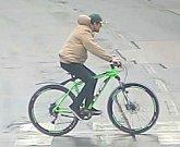 Tento muž je podezřelý z krádeží jízdních kol po Pardubicích. Poznáváte jej? Volejte linku 158.