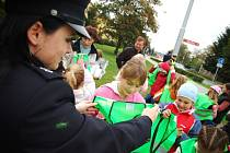 Děti dostaly od policistů reflexní vesty