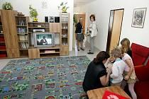 V DĚTSKÉM DOMOVĚ V HOLICÍCH začaly fungovat rodinné buňky. V každé z nich žije osm dětí. Mají k dispozici kompletně vybavený byt a víceméně se o sebe mohou postarat sami. Mají ale ku pomoci i vychovatelku.