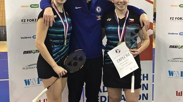 Mistryně ČR ve čtyřhře Alžběta Bášová (vlevo) a Michaela Fuchsová, uprostřed trenér Petr Báša.