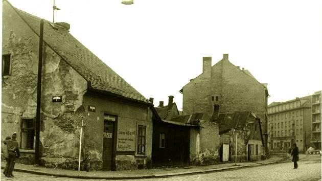 ŽÁČKOVO řeznictví bylo na rohu druhé části Karlovy ulice a ulice Jindřišské. V roce 1944 byl dům zasažen při spojeneckém náletu, od té doby byla jeho půlka dostavěna pouze dřevěnou přístavbou, později v něm byly sběrné suroviny.