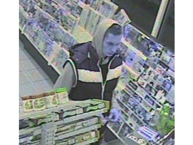 Poznáte tohto muže? Platil cizí bankovní kartou.