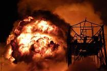 Požár v Semtíně provázely i mohutné exploze. Pravděpodobně šlo o sudy s olejem.
