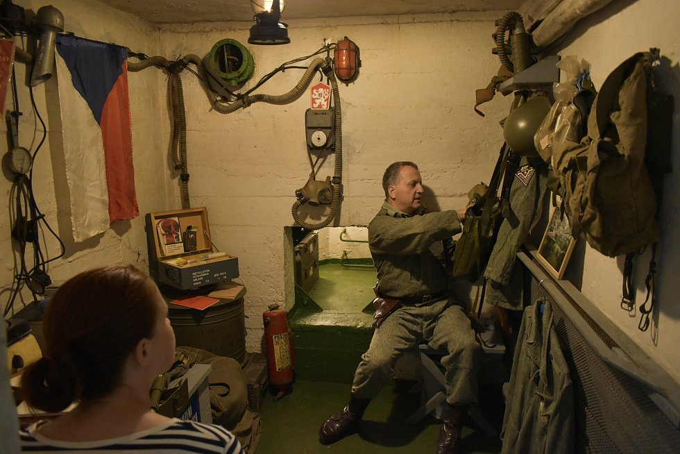 Skupina nadšenců před lety objevila v Mikulovicích opuštěnou pozorovatelnu civilní obrany. Opravila ji, vybavila a otevřela v ní malé muzeum Československé lidové armády.