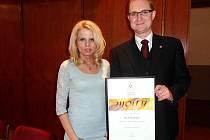 Krajský radní Pavel Šotola s krajskou koordinátorkou  Národní rady osob se zdravotním postižením Radkou Konečnou.