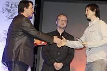 Cenu pro nejúspěšnějšího sportovce Pardubického kraje za rok 2012 přebírá za vítěze Petra Koukala jeho spoluhráč Jan Koukal.
