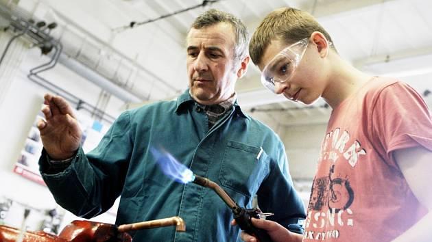 Práce s měděnou trubkou je podle Jana Diviše je tou jednodušší dovedností, která se dá rychle ovládnout.