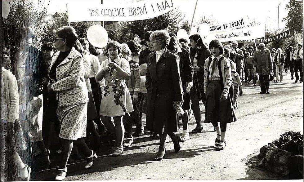 PRVOMÁJOVÉHO PŮVODU se za účastnila samozřejmě i ZDŠ (Základní devítiletá škola) Choltice. Snímek z roku 1983.