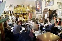 Čtená zkouška inscenace Duše - krajina širá v pardubické kavárně Bajer.
