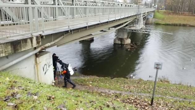 Jedno z aut hasiči vytahovali z Labe u mostu Kpt. Bartoše.