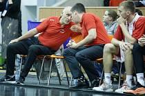 Asistent trenéra pardubických basketbalistů Adam Konvalinka (vpravo)