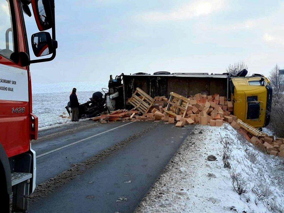 Kamion s cihlami se před Ostřetínem ocitl na boku. Silnice mezi Vysokým Mýtem a Holicemi je neprůjezdná.