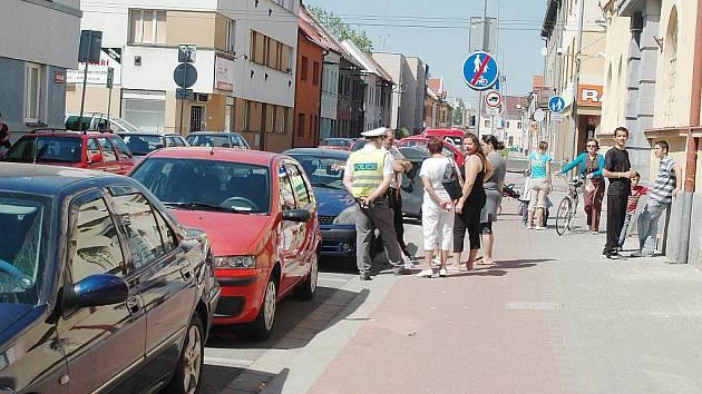Situaci v Češkově ulici v Pardubicích musela po nehodě uklidnit policie. Romové, kteří neuhlídali dítě, totiž začali lynčovat řidičku.