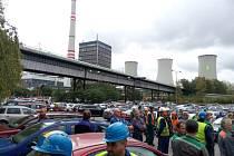 Aktivisté Greenpeace obsadili chladící věž Elektrárny Chvaletice.