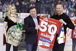Dominik Hašek slavil padesátku. Dostal k ní i náležitý dres.