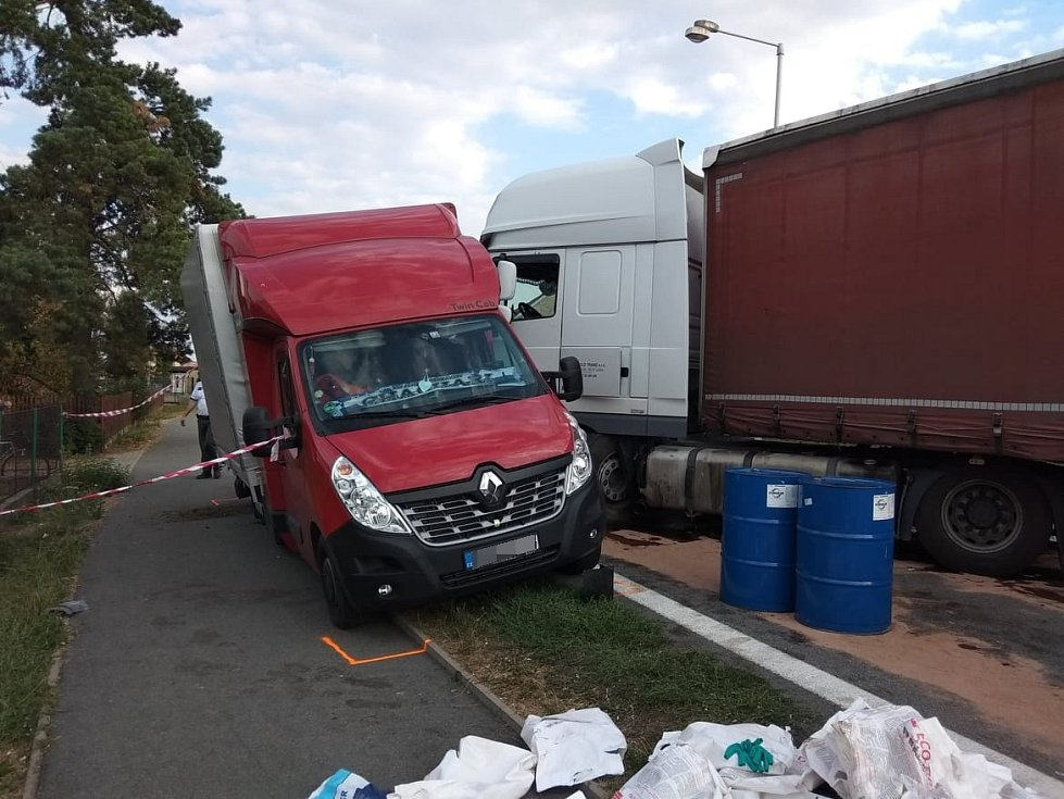 Nehoda v Ostřetíně. Osobní automobil se čelně střetl s kamionem, do nehody se dostala i dodávka.