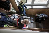 Záchranáři i hasiči ve Chvaleticích trénovali ve škole rychlou evakuaci žáků před nebezpečím.