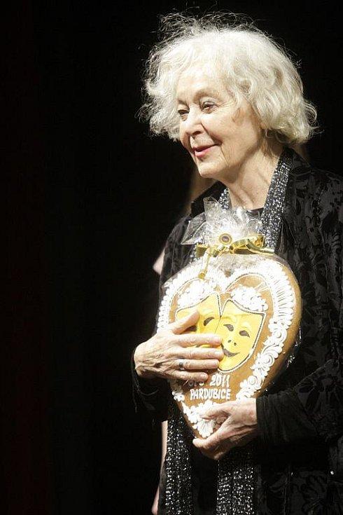 Kmotrou hradecké inscenace Noc oživlých mrtvol byla známá herečka Květa Fialová.
