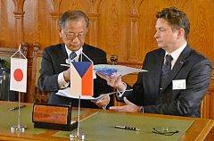 Zleva generální ředitel Central Glass Hiroshi Honjo a generální ředitel společnosti Synthesia Josef Liška.