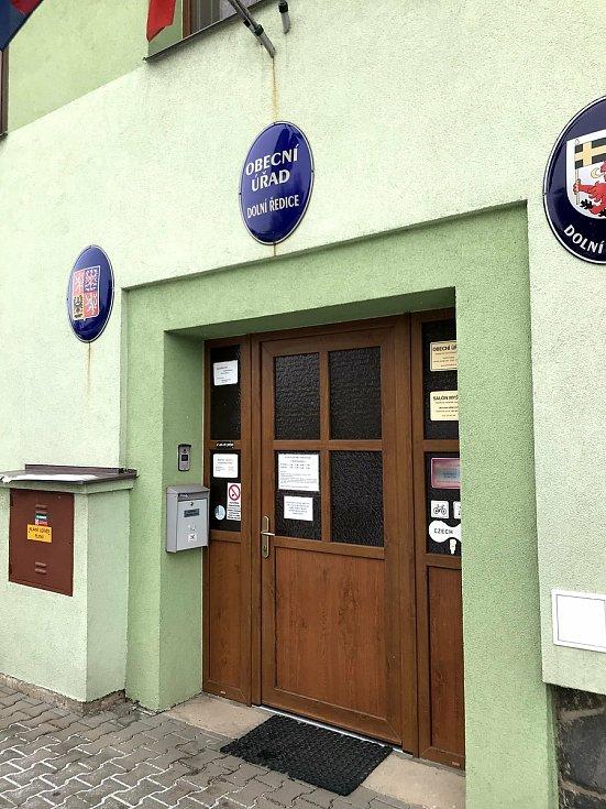 Obecní úřad v Dolních Ředicích.