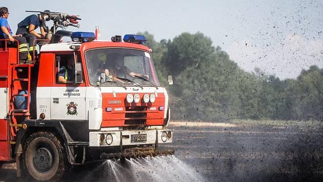Požár pole u Břehů u Přelouče zachvátil asi patnáct hektarů. Příčinou byla zřejmě technická závada lisu na slámu.
