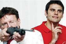 DAVID KOSTELECKÝ a Ivo Toman (vlevo) si zastříleli z laserové pušky, a to přímo v hejtmanově pracovně.