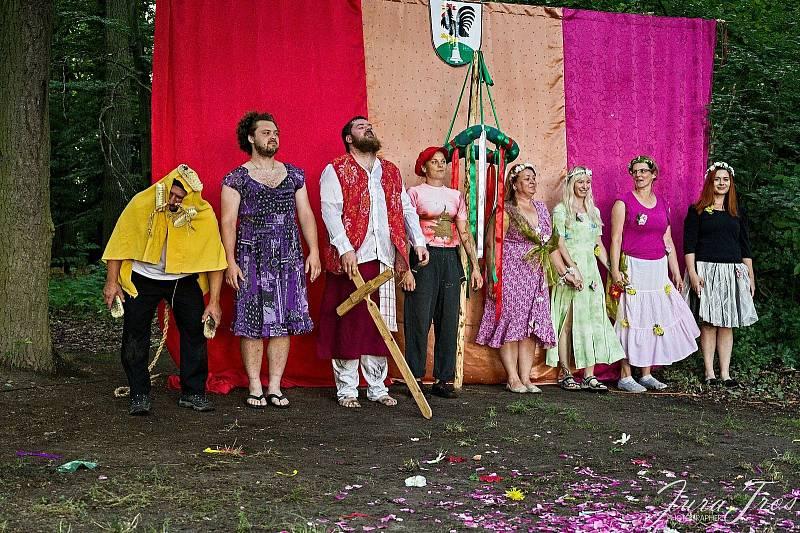 Místní nadšenci zahráli ostatním komedii na motivy hry Sen noci svatojánské.