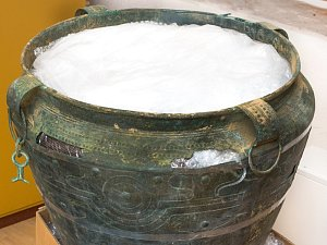 3000 let starý bronzový kotlík