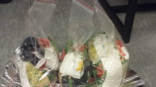 Není prášek jako prášek. V autě se dvěma muži celníci našli krabici pracího prášku, která ukrývala stovky prášků, ze kterých by se dal uvařit pervitin za asi jeden milion korun.
