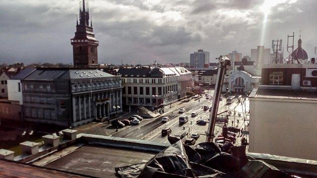 Zničená střecha Střední průmyslové školy potravinářství a služeb Pardubice