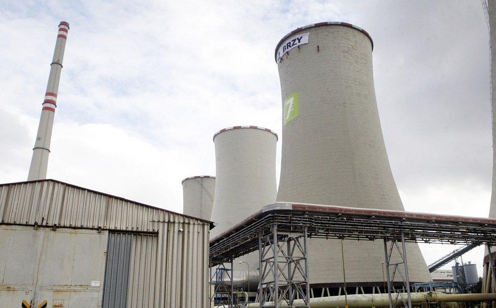 Aktivisté Greenpeace na chladící věži chvaletické elektráry rozvinuli transparent s nápisem Již brzy. Druhou část nápisu mají lidé vybrat na internetu.
