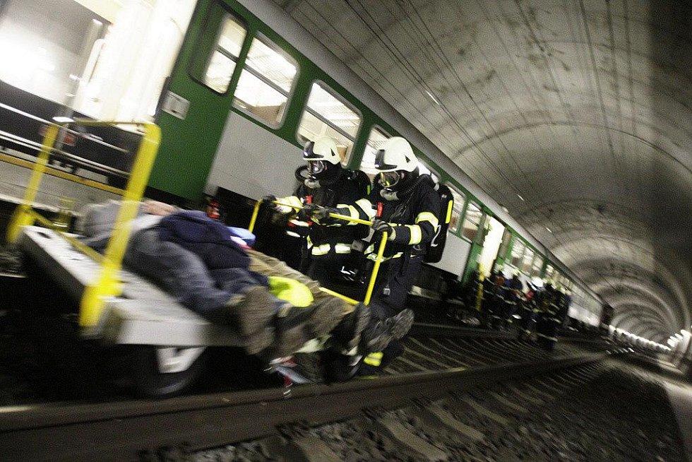 Cvičení v krasíkovském železničním tunelu prověřilo připravenost hasičů na zásah v tomto obtížném prostředí.