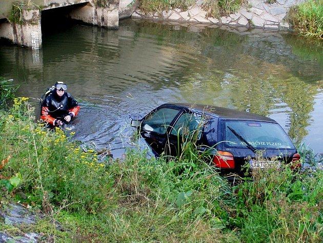Neobvyklá dopravní nehoda - opuštěné vozidlo v Opatovickém kanále