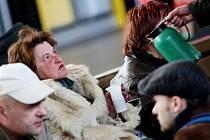 ..bezdomovci nejsou v nádražní hale příliš vítáni, proto se je snaží streetworkeři přemluvit k odchodu
