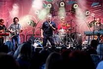 Chlapecká taneční, pěvecká a striptérská skupina z Prahy MiG 21 v čele s Jiřím Macháčkem bavila svým koncertem několik stovek fanoušků na nádvoří pardubického pivovaru.