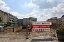V areálu nemocnice začala stavba nového osmi patrového pavilonu. Do Vánoc chtějí stavbaři postavit alespoň strop plánované třiceti metrové budovy. Nové srdce areálu nemocnici vyjde na 1,6 miliardy korun.