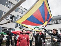Univerzita Pardubice vztyčila ve středu za pět minut dvanáct tibetskou vlajku jako symbol znepokojení s přísputem představitelů státu k návštěvě Dalajlámy.