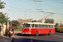 TROLEJBUS vyjíždí z točny v Pardubičkách, 70. či 80. léta. V pozadí je budova Tesly, dnes Foxconnu. V těchto místech začíná trať na zastávku Zámeček, zprovozněná vloni. Vůz 9Tr na fotce dojezdil v roce 1986, v Pardubicích ovšem dnes jezdí dva historické v