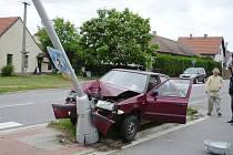 Řidič v Živanicích zřejmě podlehl únavě a narazil do sloupu veřejného osvětlení