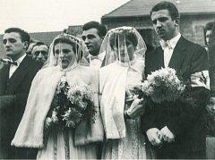 Státní pohřeb obětí neštěstí v Čeperce 19. listopadu 1960. Dvě drůžičky v bílém dorazily jako symbolická připomínka dvou mrtvých svobodných mládenců.